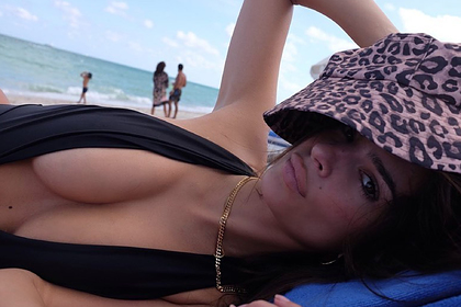 Эмили Ратаковски появилась на пляже Майами топлес
